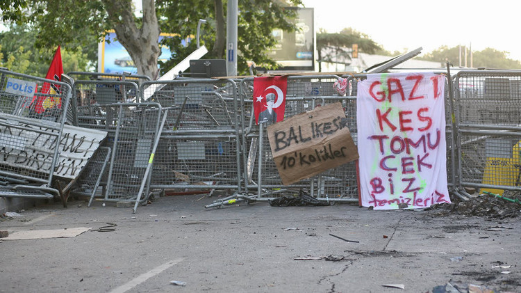 1682309-slide-slide-6-citizen-barricades-in-istanbul - Copy