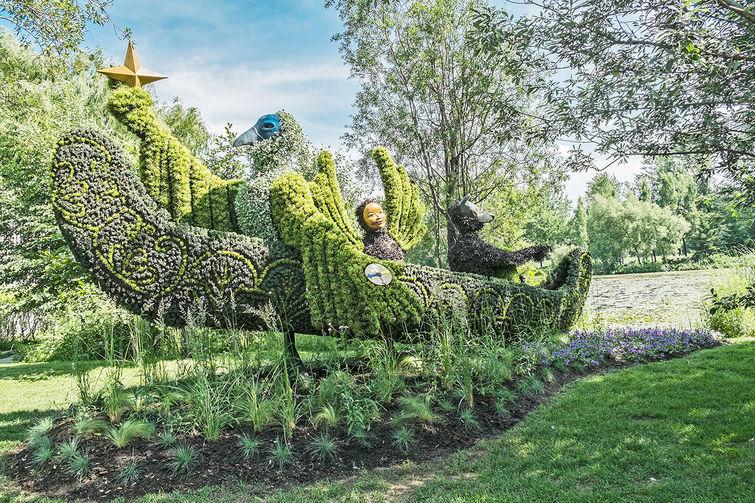 1683384-slide-s-2-edward-scissor-hands-type-botanical-garden-designs