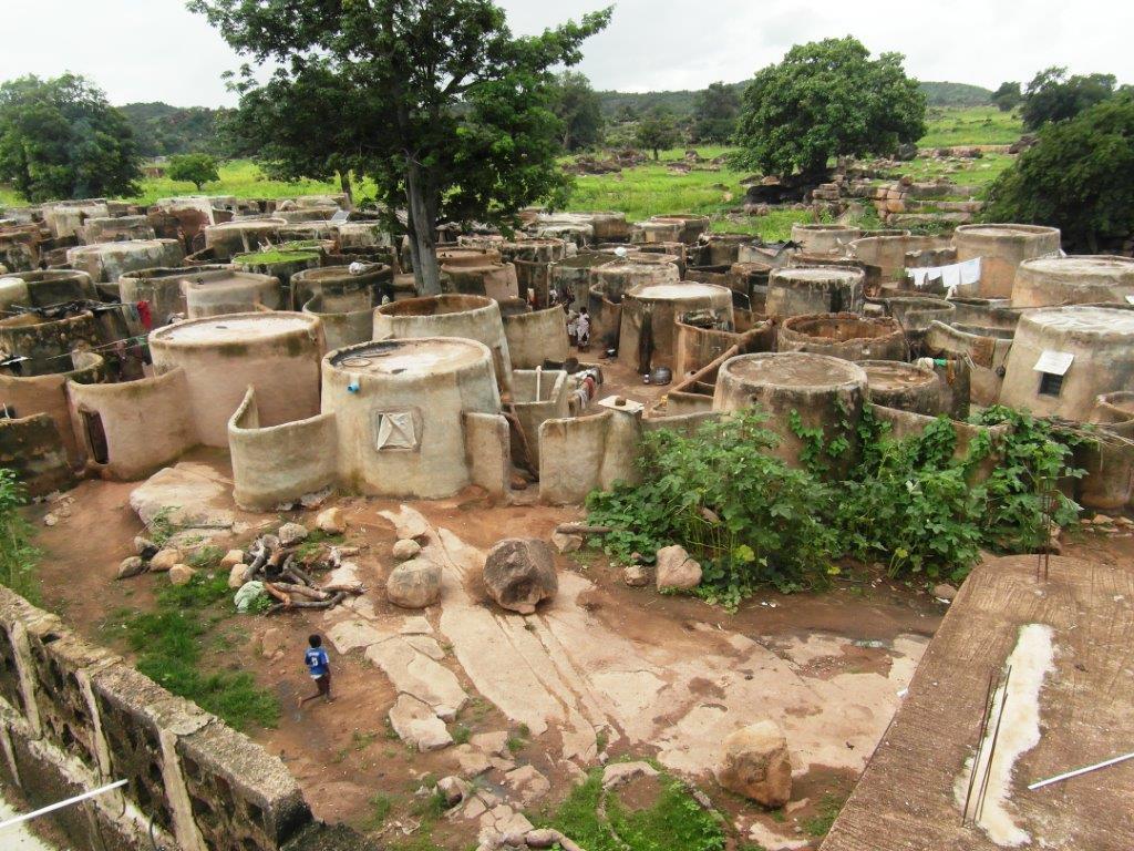 Locuinta sefului de trib din Tengzuk, cu peste 300 de locatari