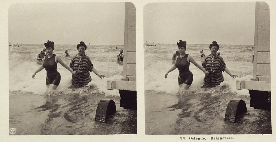 Steroscopic photography showing swimmers in Ostend