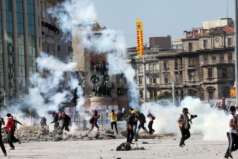 1370959055-police-storm-and-clear-taksim-square_2142085