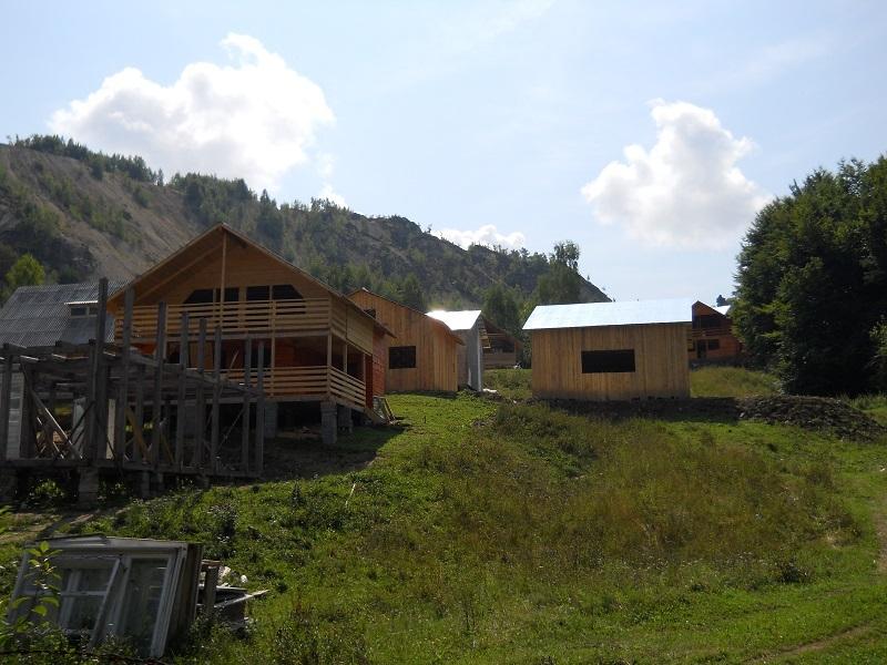 cabane improvizate pe Valea Nanului