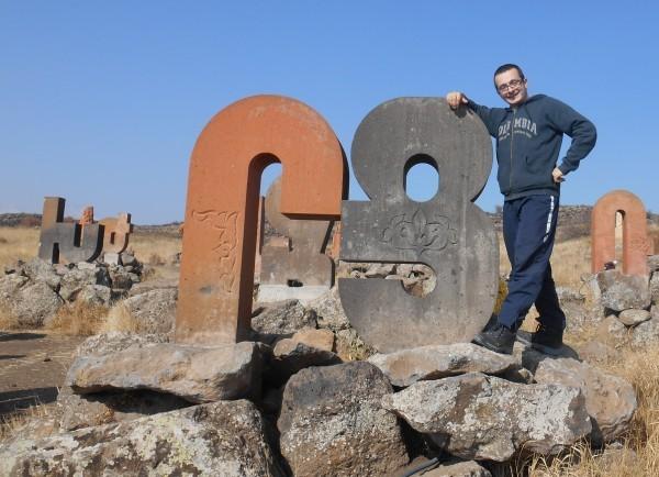 la monumentul alfabetului armean in georgia