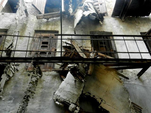 Cele două niveluri de celule pentru deţinuţi nu sunt accesibile, din cauza surpării podelelor.