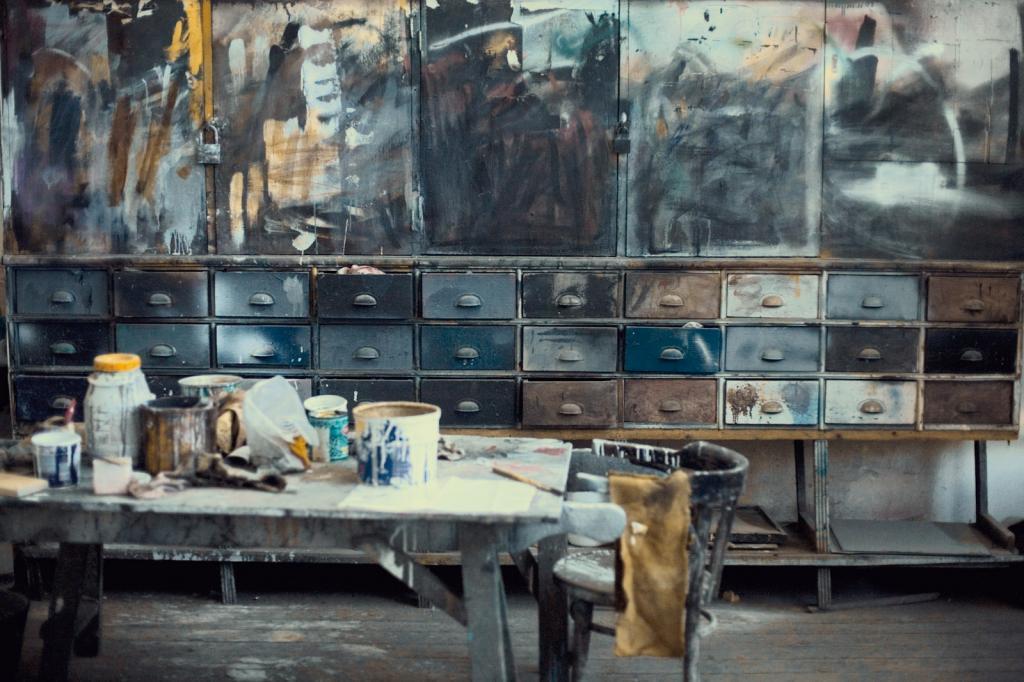 o imagine din atelierul de pictura al teatrului Odeon. Patina in cea mai buna forma a ei