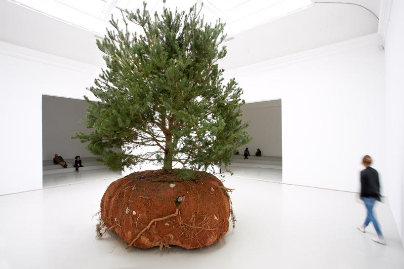 Copacul cinetic al lui Céleste Boursier-Mougenot, de la Pavilionul Franţei. Foto: Laurent Lecat