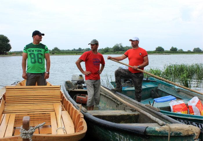 Pescari din programul de pescaturism, alături de lotca tradițională (stânga) și bărcile cu motor, pe care le folosesc în munca de zi cu zi (dreapta)
