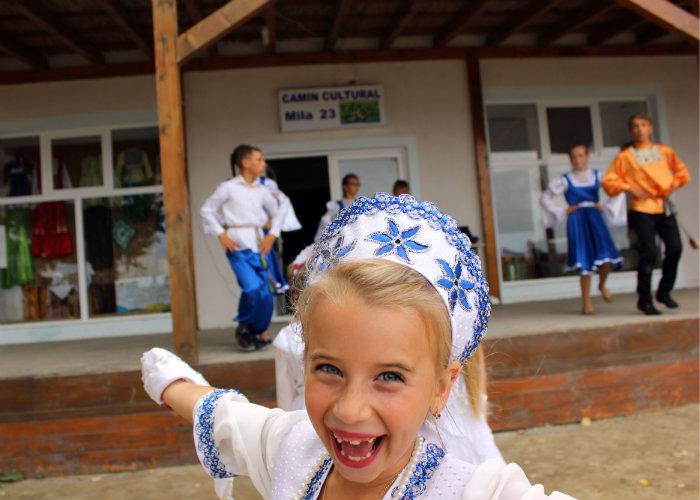 Copiii din ansamblul de dansuri tradiționale de la Căminul Cultural Mila 23