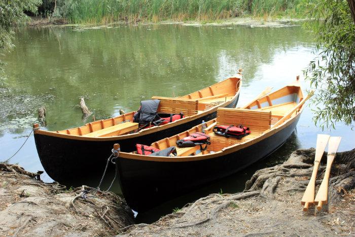 Două dintre cele trei lotci construite de Paul Vasiliu pentru programul de pescaturism, finanțat de Agenția Germană de Cooperare Internațională (GIZ), prin Danube Competence Center