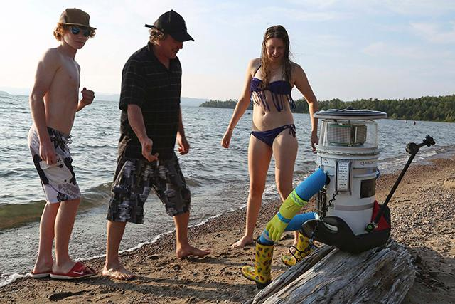 640_hitchBOT-beach