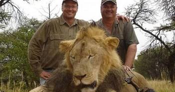 Walter Palmer (stânga) și un al leu ucis. Foto: Facebook