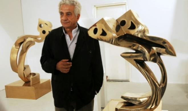 Sculptorul iranian Parviz Tanavoli, alături de două din lucrările sale dedicate leilor.
