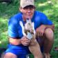 Un bărbat fără adăpost şi-a dedicat viaţa ajutorării câinilor vagabonzi
