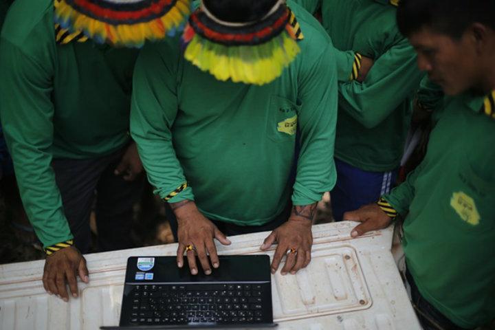 """""""Paznicii pădurii"""" configurează o cameră de supraveghere pentru tăietorii ilegali. Foto: Lunae Parracho/Greenpeace"""