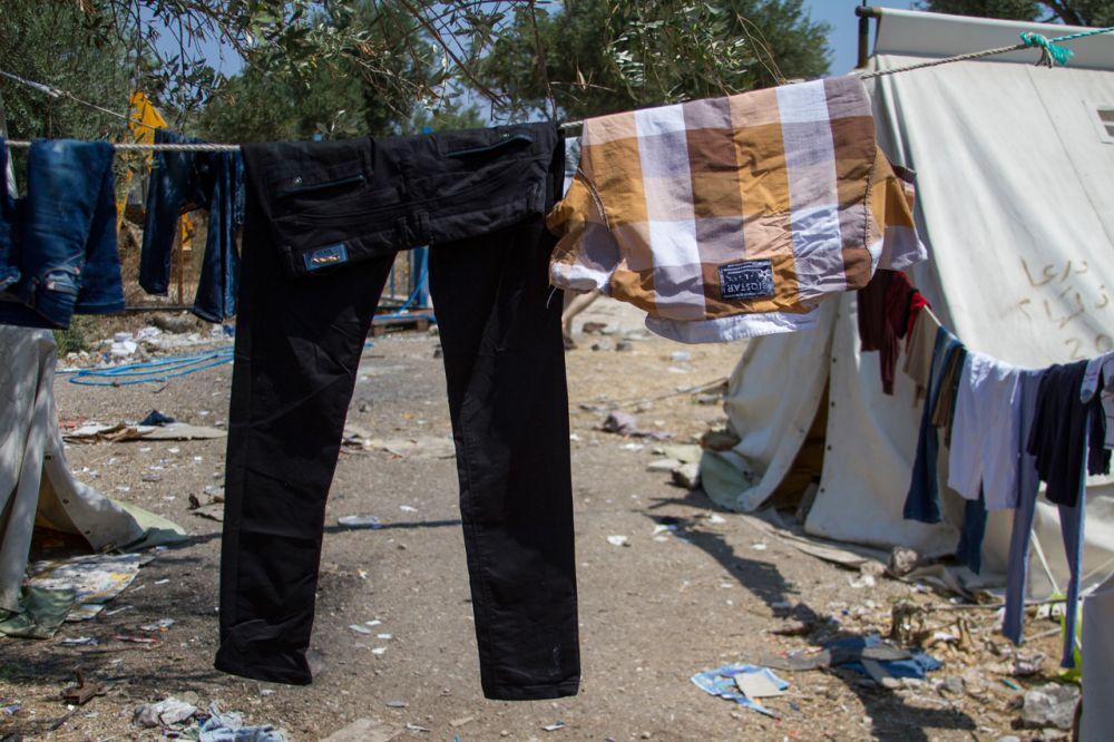 Hassan, un tânăr de 25 de ani din Siria, are un singur tricou şi o pereche de pantaloni