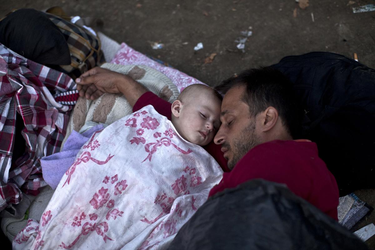 Migranți sirieni dorm într-un parc din Belgrad, Siria, pe 27 august 2015. Foto:  Marko Drobnjakovic / AP