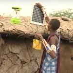 Femeile Maasai din Kenya instalează panouri solare pe acoperişurile caselor ..