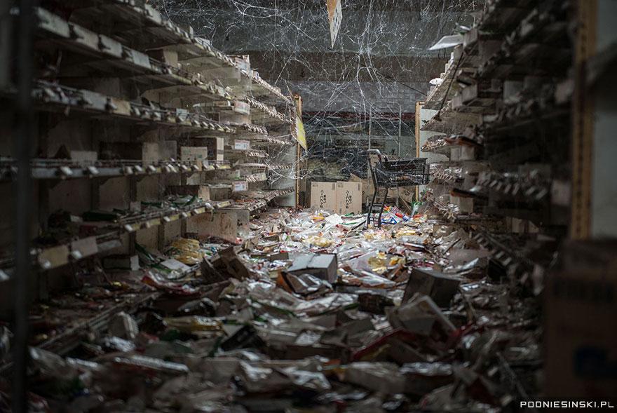 Pânzele de păianjen au luat în stăpânire un supermarket abandonat.