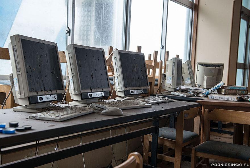 Un laborator de informatică dintr-un sat din apropiere, inundat în găinaţ