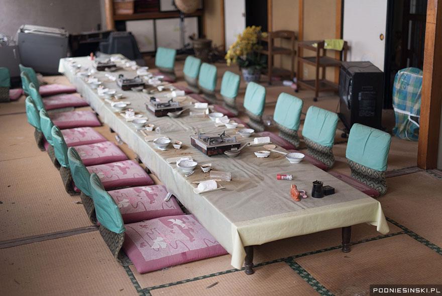O sală de mese cu maşini de gătit portabile arată ca şi cum ar fi fost părăsită în grabă