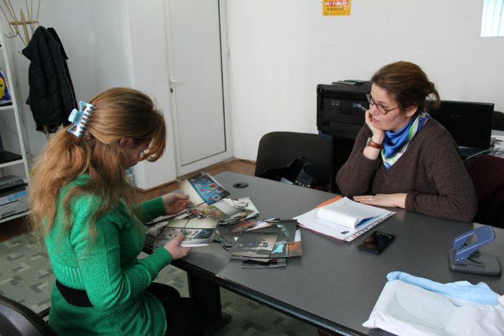 Irina discută cu Georgiana Pascu (CRJ), în timpul unei vizite de monitorizare