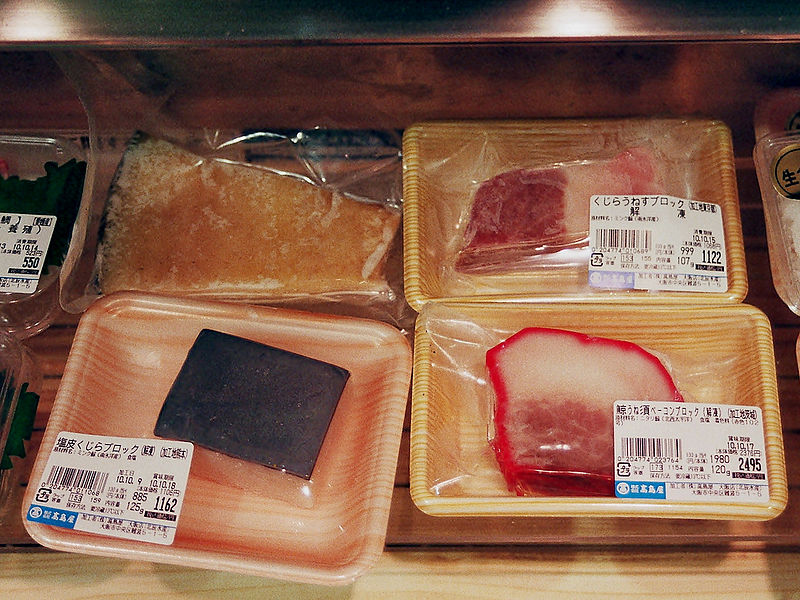 """""""Slăninuță"""" de balenă, obținută din grăsimea de pe burta balenei. Foto: Wikimedia"""
