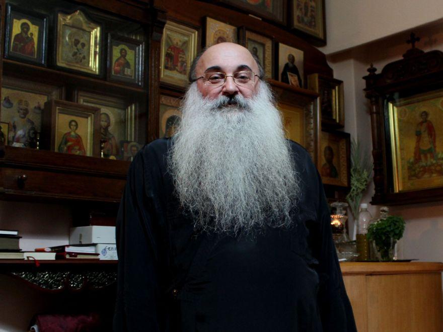 Părintele Prokopios Petridis, care a luat poziție împotriva xenofobiei pe când slujea la biserica Agios Panteleimonas din Atena. FOTO: Kostas Koukoumakas