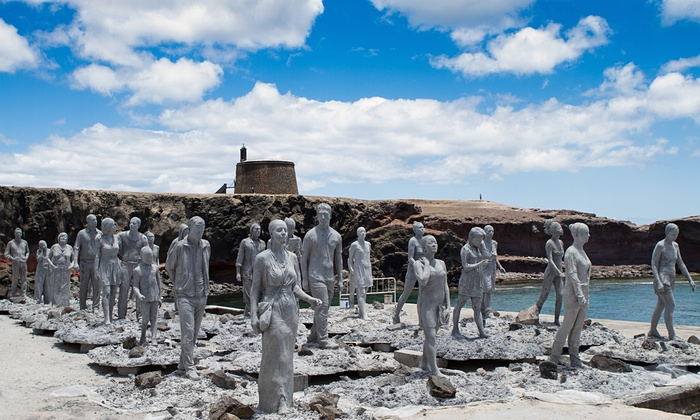 Personajele instalații Rubicon de la Lanzarote, care se vor îndrepta spre un zid, transmițând un mesaj despre drumul fără întoarce al schimbărilor climatice. Foto: Jason deCaires Taylor