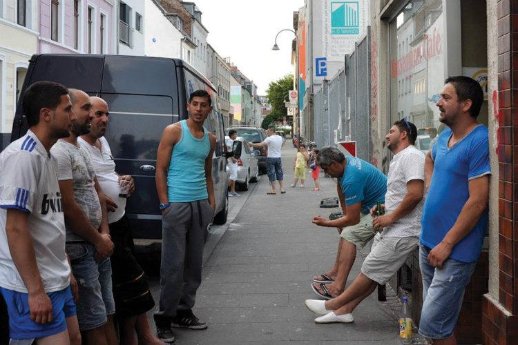 Muncitori bulgari din Pazargic se adună pe strada Hansemann din districtul Eh-renfeld din Köln. Foto: Zornitsa Stoilova