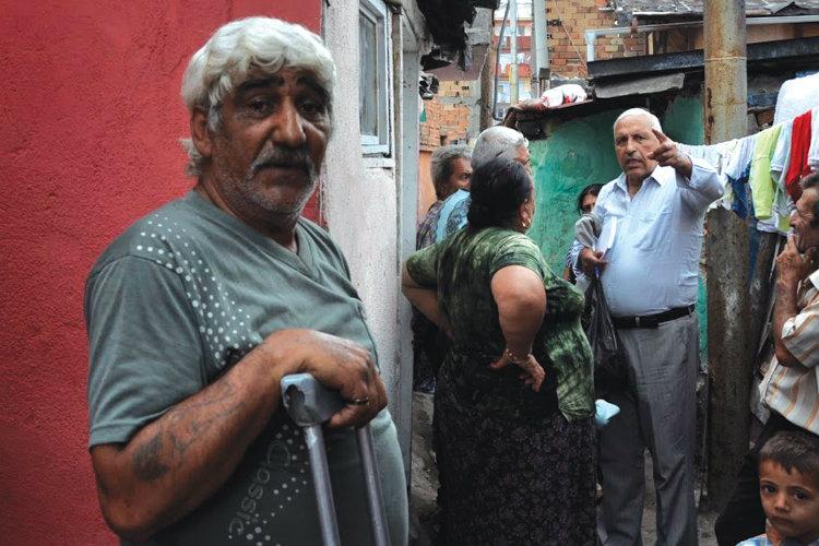 Mediatorul sanitar Asen Kolev, dreapta, vorbește locuitorilor cartierului Stolipi-novo din Plovdiv la 9 iunie 2015. Foto: Zornitsa Stoilova