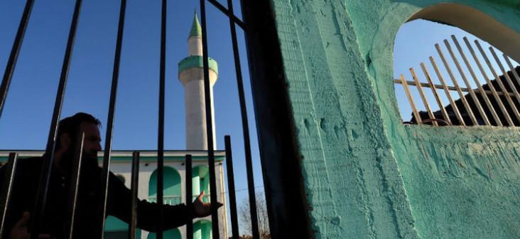 Un bărbat stă la poarta moscheii Ebu Bekir din cartierul Iztok al orașului Pa-zargic. Foto: Georgi Kozhuharov