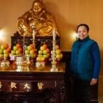 Femeia care îi adună pe chinezi la templul budist din ..