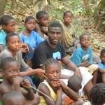 Copilul-soldat devenit artizan al păcii construieşte o şcoală în Liberia: ..