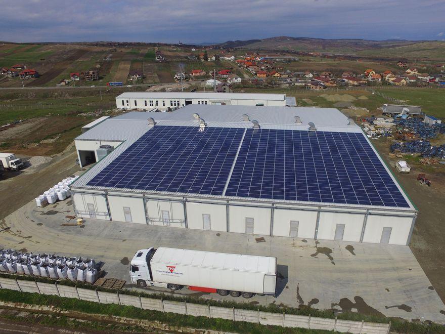 O ciupercărie pe acoperişul căreia Alexandru Deliman a instalat un sistem fotovoltaic. Unitatea este cuplată la reţea şi consumă tot ce produce. Economiile la factură ar fi de 20%