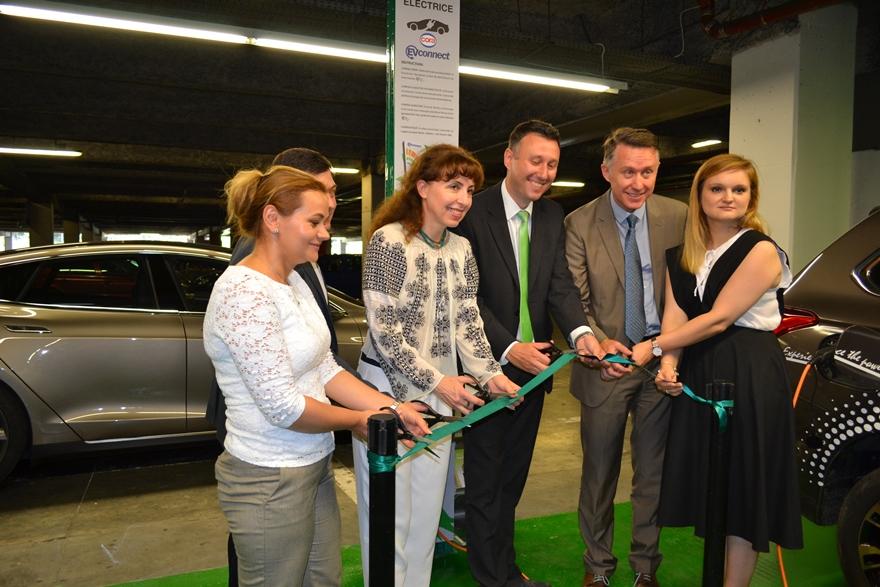 Eveniment de lansare a unei stații de încărcare pentru mașini electrice la Cora Lujerului / București, în prezența ministrului mediului, Cristiana Pașca-Palmer